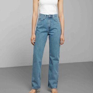 Säljer dessa jeans från weekday i modellen row då dem blivit för stora. Använda men i fint skick, lite slitna vid midjan. Köparen står för frakt:)