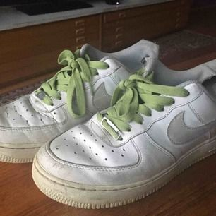 Ett par väldigt väl använda Nike air, bytte ut ett par söndriga skosnören men skickar med ett par vita snören och de gröna Fråga om frakt