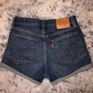 snygga Levis shorts! Använt få gånger, bra skick, inte slitna alls! Nypris 295kr  säljer för 150kr ( frakt 59kr )