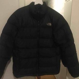 """En north face jacka, jackan är använd två vintrar och är i bra skick. Lite små """"hål"""" där dun sticker ut, pris kan diskuteras"""