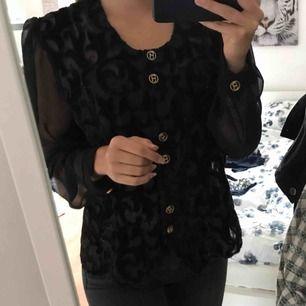 Jättefin blus med guldknappar som är köpt på vintagebutik i Stockholm. Storleken står som 42 men jag som är XS/S har använt den. Beror sig på hur man vill att den ska sitta.