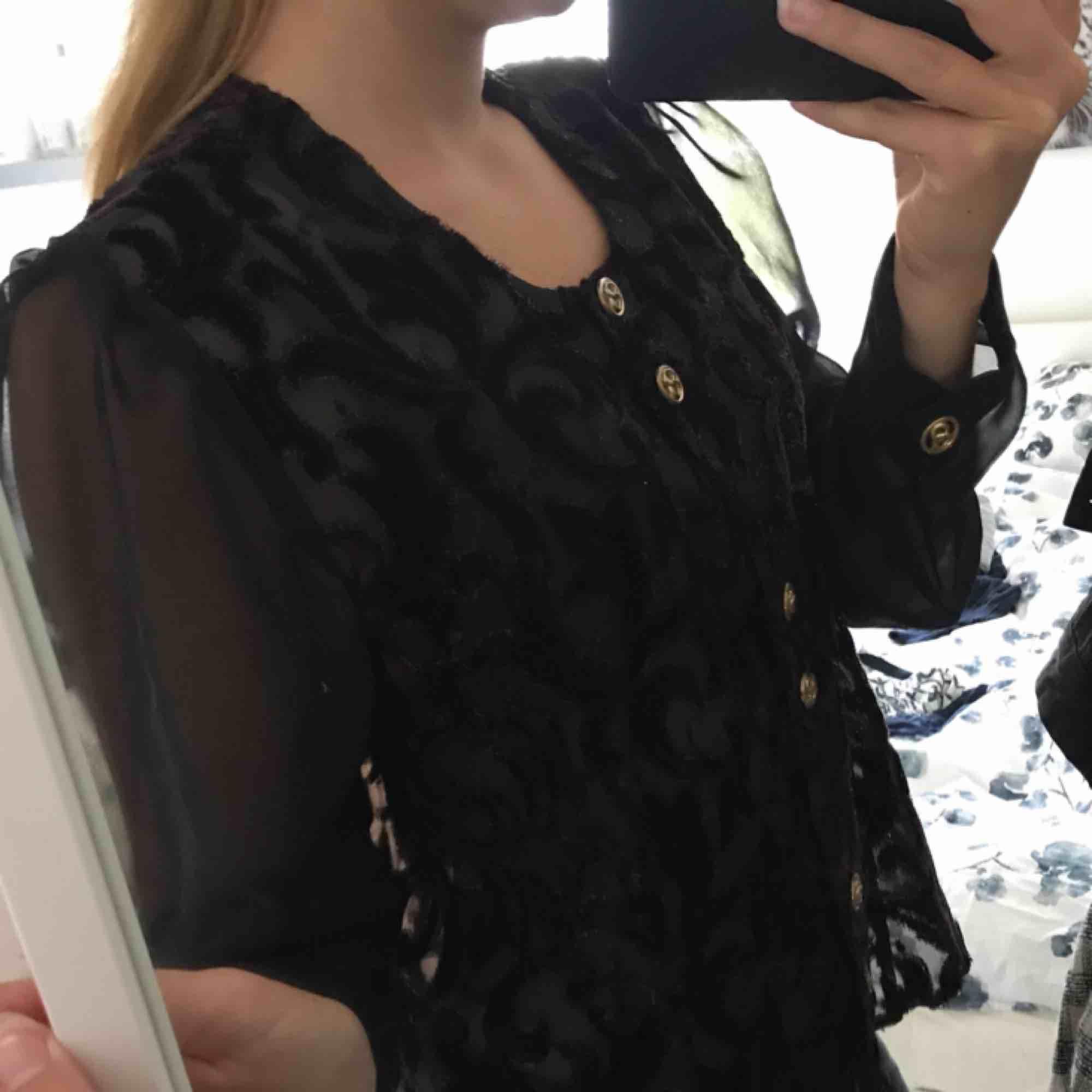 Jättefin blus med guldknappar som är köpt på vintagebutik i Stockholm. Storleken står som 42 men jag som är XS/S har använt den. Beror sig på hur man vill att den ska sitta. . Blusar.