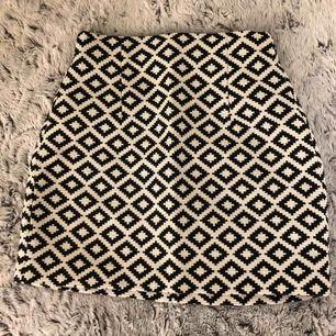 Mönstrad fin kjol! Aldrig använd pga för liten Köpt från Zara Nypris 255kr säljer för 90kr ( Frakt 59kr )