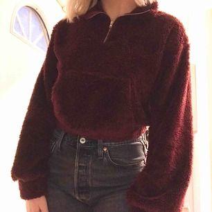 Jättefin mörkröd tröja från Nelly, som tyvärr inte kommer till användning. Den är croppad och har en dragkedja vid kragen, och har ett mysigt fluffigt tyg. Du som köper står för frakten! 💕