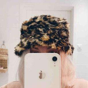 Fluffig buckethat i leopardmönster, endast testad 🐆🍃 100kr inkl frakt, betalas via swish ✨