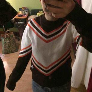 Snygg äkta cheerleading tröja från USA. Lite små sliten men det tillhör charmen. Den är i stickat material och perfekt till höst och vinter!