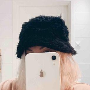 Fluffig svart buckethat, endast testad 🐆🍃 100kr inkl frakt, betalas via swish ✨