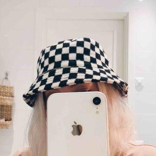 Fluffig buckethat i schackmönster från Asos, fint skick 🏁 100kr inkl frakt, betalas via swish ✨