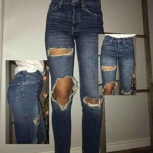 Ett nästan helt oanvända jeans, köptes för ca 1år sedan. Stretchiga, sitter bra och fint på kroppen. Hör gärna av dig vid frågor och pris 💞⚡️Jag är en S/36 och är 175cm lång. Frakt: 50kr