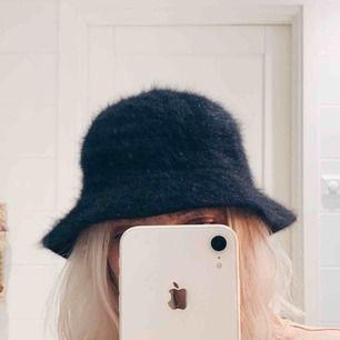 Fluffig buckethat, fint skick 🌟 100kr inkl frakt, betalas via swish ✨
