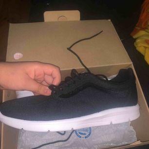 Sköna vans skor som ej är använda ( lappar sitter kvar ) pågrund av att den är stor i storleken så den är typ som 40,5 - 41. Ny pris 900kr köparen står för frakten