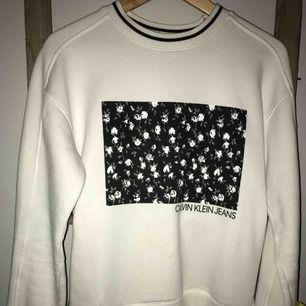 En Calvin Klein sweatshirt, köpt i New York förra sommaren. Helt felfri, jätte fint skick 😁💁♀️✨