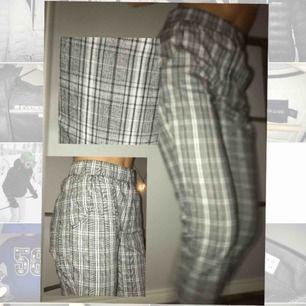 Rutiga kostymbyxor från Hollister, köpta i New York förra sommaren. Användes nån gång i somras, använder aldrig mer då dom är för korta för mig 😢💥🤩 Jag är en S/36 och är 175cm lång. Frakt: 50kr