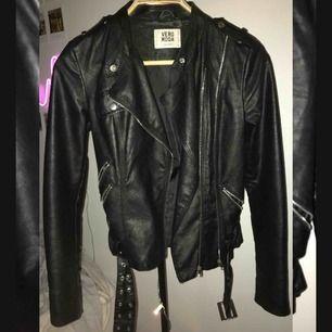 En skinn jacka från Vero Moda, storlek M men passar även S. Använd ett fåtal gånger, i bra skick 😊💞 Frakt: 50kr