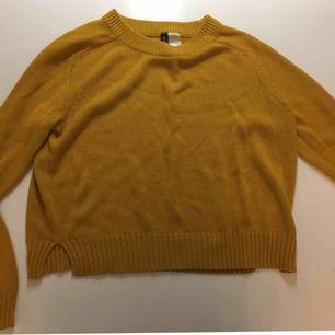 Långärmad stickad tröja, säljer pågrund av att den är för liten. Mycket väl använd.