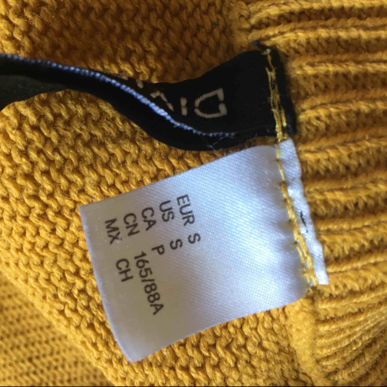 Långärmad stickad tröja, säljer pågrund av att den är för liten. Mycket väl använd.. Stickat.