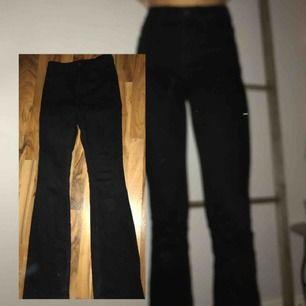 Svarta bootcut Jeans köpta på Vero Moda, bara använda ett fåtal gånger✨Jag är en S/36 och är 175cm lång Frakt: 50kr