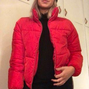 Snygg och varm röd jacka ❤️ frakt på 105kr tillkommer.