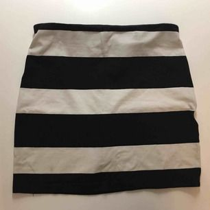 Säljer två olika kjolar, båda är väldigt fina och funkar till det mesta.  Den svarta: S, Ginatricot  Den randiga: 38, HM 20kr styck🌷
