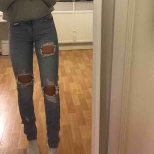 Jeans me hål från bikbok, knappt använda😇