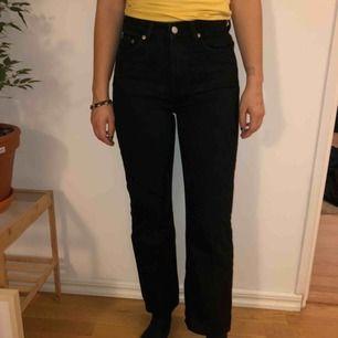 Ett fint par svarta jeans i storlek 25/28 från märket Weekday. Modellen heter Voyage.👖🦋💙💎 Använd väldigt få gånger så i fint fint skick! Frakt tillkommer.