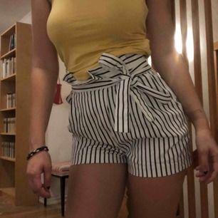 Ett par trevliga svartvit randiga shorts i storlek 34 från märket Zara! Har två snören uppe vid midjan som man kan knyta men blixtlåset är på sidan av byxan. ⭐️🌹❣️🦋🧚🏼♀️ Använd några gånger men i fint skick! Frakt tillkommer 📦