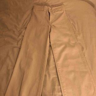 Ett par vita jeans från H&M- dom är i rak/lite utsvängd modell. Assnygga verkligen men lite för små, några svarta sträck på framsidan som alla gånger går att få bort! ALDRIG använda.  Köparen betalar för frakt🥰