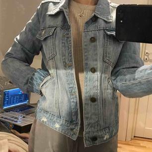 Blå jeansjacka från bikbok i storlek m. Skulle säga den är mer en s  Ryggen är mörkare för där suttit ett tryck, går kanske att fixa på nått sätt  Frakt tillkommer