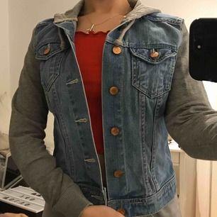 Jeansjacka med armar och luva i grått tyg, storlek xs från hm.  Frakt tillkommer