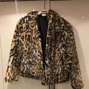 Säljer min älskade leopardjacka då jag har fler! Använd under 1 vinter. Tjock och mysig 😄