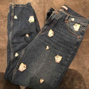 Mina älsklingar 😭😭 världens finaste byxor som jag använt 2-3 gånger, har mest blivit att jag endast kollat på dem för de är så fina. Vanliga mom-jeans med skönheten och odjuret tema ❤️