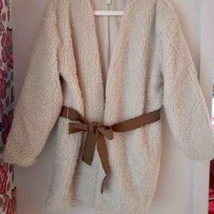 Mysig vit jacka i teddytyg från H&M med brunt skärp i storlek L