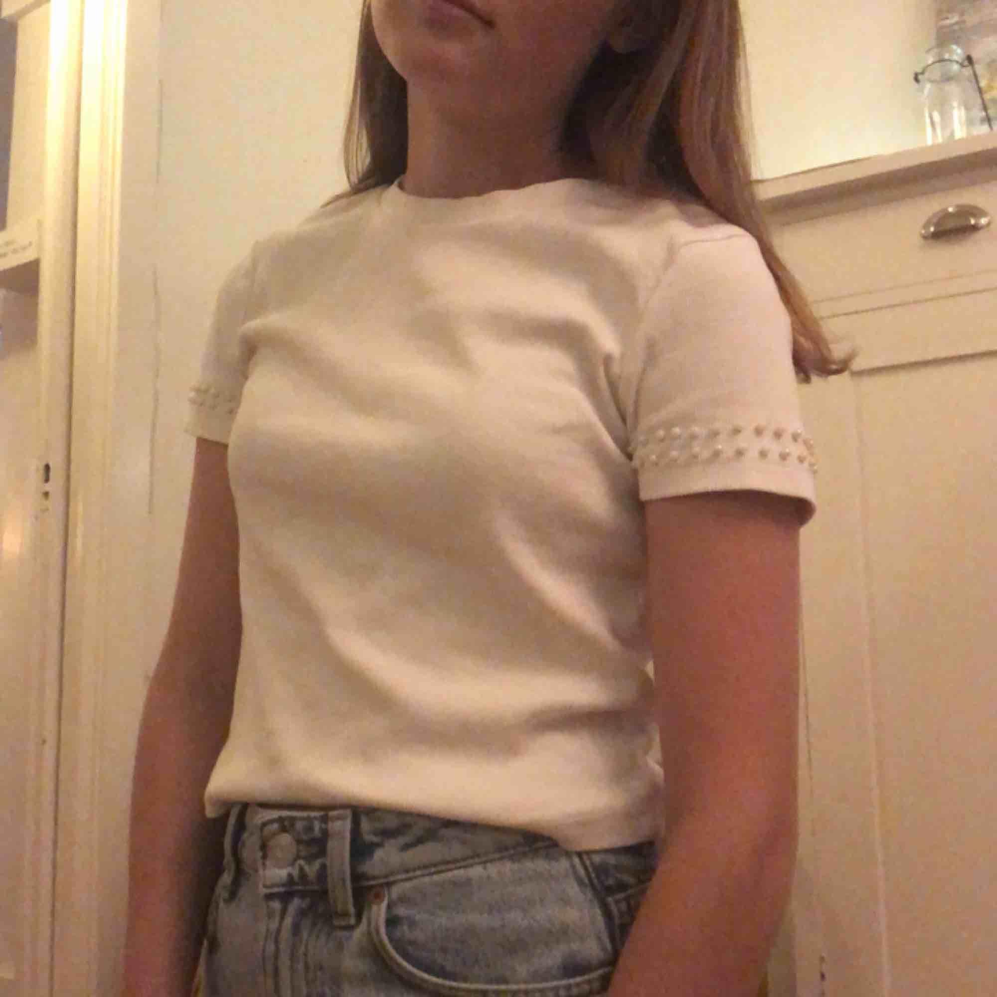 Vit T-shirt med randigt tyg från Zara, har använt den ganska mycket förut men nu är den tyvärr för liten för mig. Köparen står för frakten✨. T-shirts.