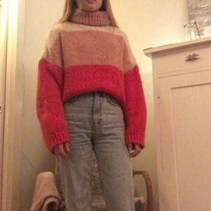 Stickad tröja från Chiquelle, har inte använt den så mycket så den är i bra skick. Köparen står för frakten✨