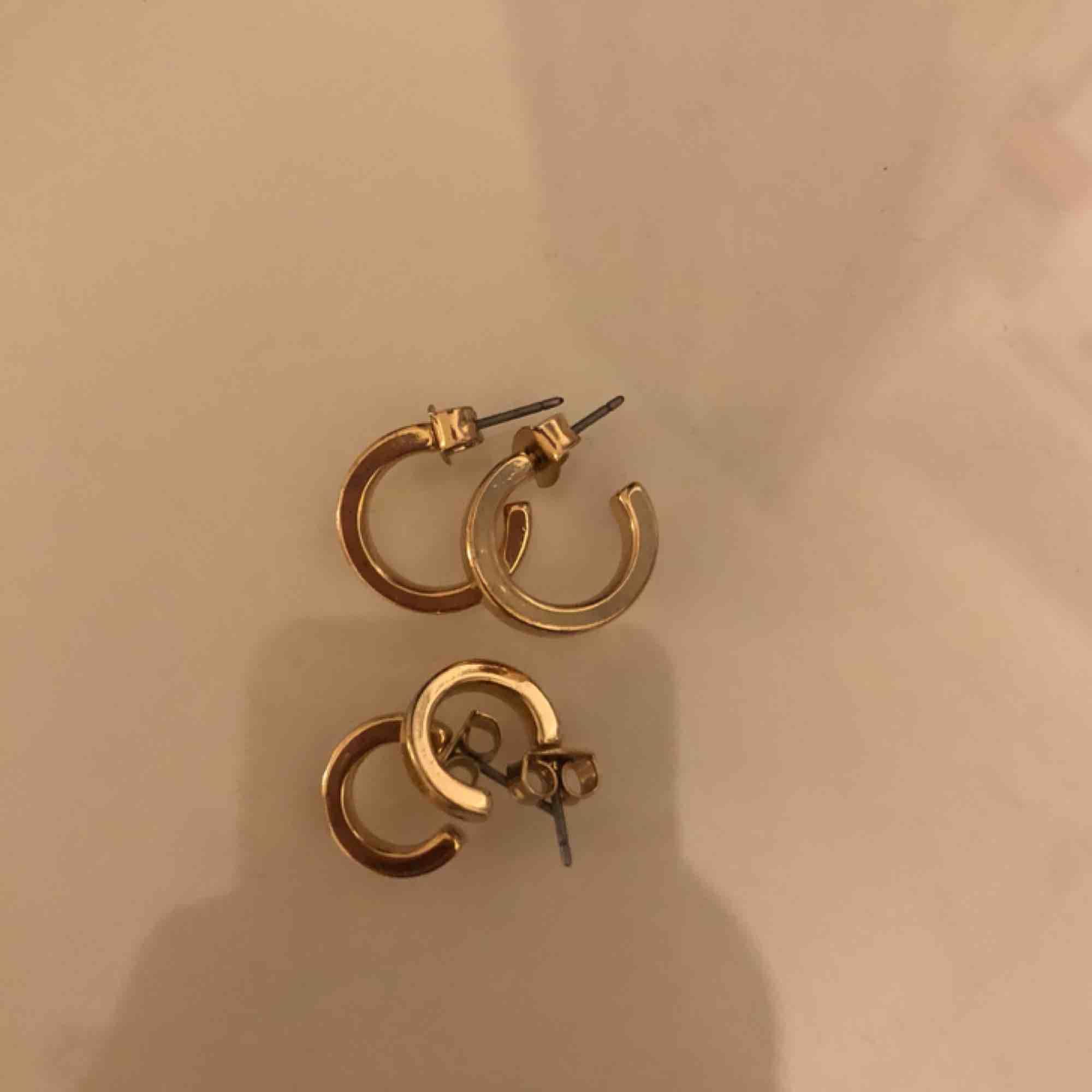Jättefina örhängen från hm. Knappt använda, köparen står för frakten💓. Accessoarer.