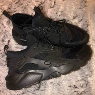 Helt oanvända Nike Air Huarache skor!!🖤 Nypris 1199kr säljer för 500kr