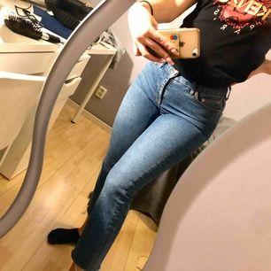 Cropped mom jeans köpta från Urban outfitters. Sitter snyggt och är i bra skick!