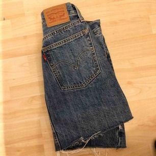 Jeans kjol från Levis. Sitter snyggt och är i bra skick! Köparen står för frakten