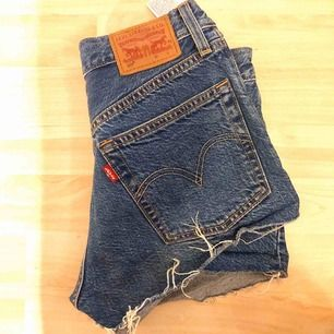 Jeans shorts från Levis. Sitter snyggt! Storlek 24. Köparen står för frakten!
