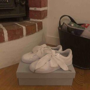 Helt nya puma sneakers storlek 39. Aldrig använt dem, pga att de tyvärr är lite för stora för mig. Frakten ingår⚡️💓