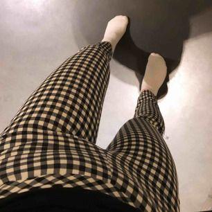 Svartvita kostymbyxor, högmidjade från H&M i storlek 32. För små för mig så hoppas någon annan får användning för dem! Fint skick, FRAKT INGÅR!!😍🖤