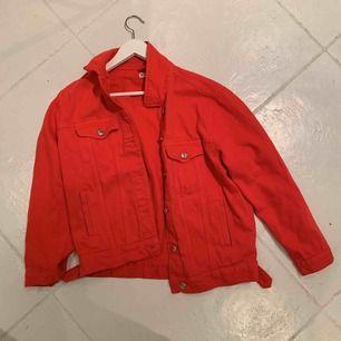 fin röd jeansjacka i st M som är hyfsat liten för att vara M så passar även S och XS.