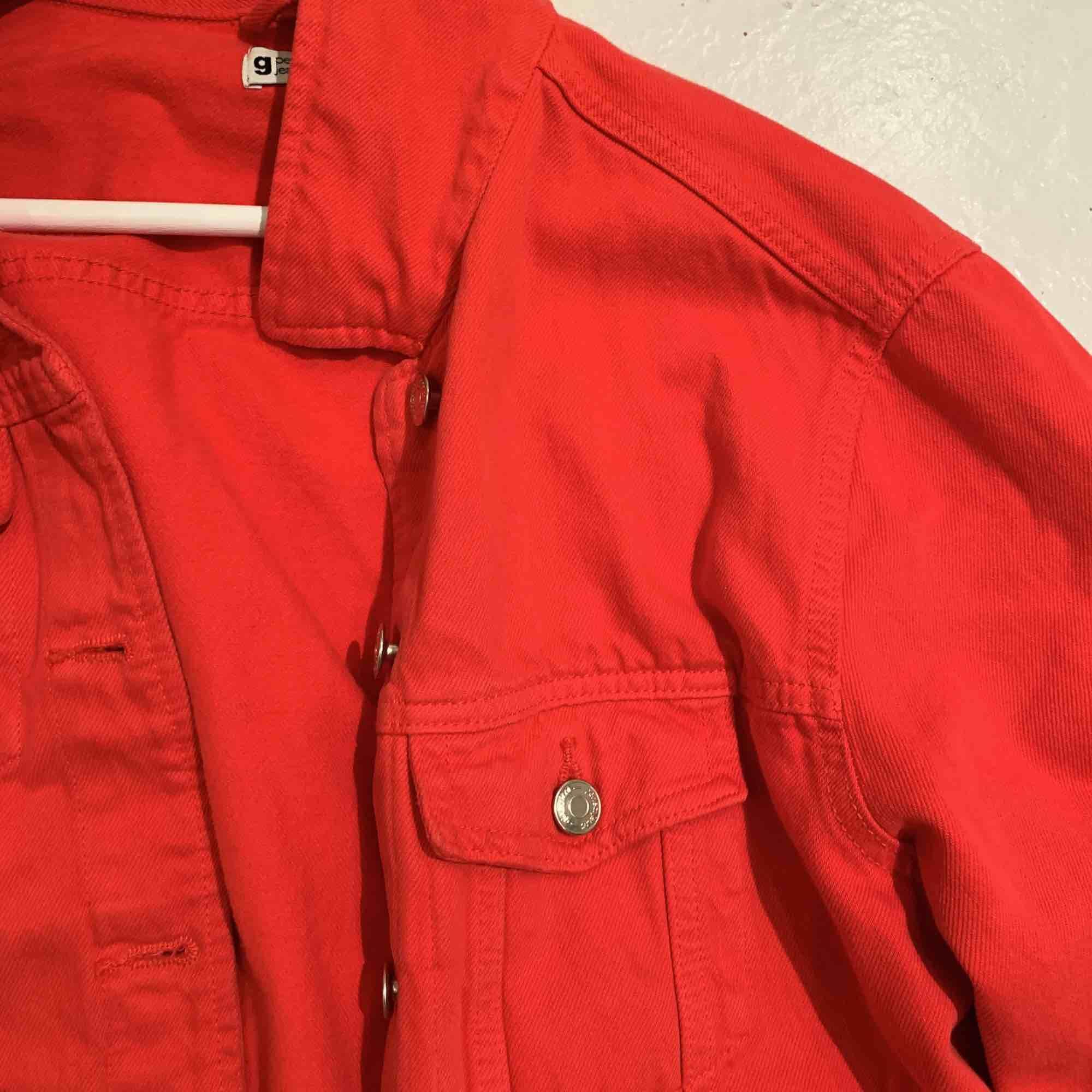 fin röd jeansjacka i st M som är hyfsat liten för att vara M så passar även S och XS. . Jackor.