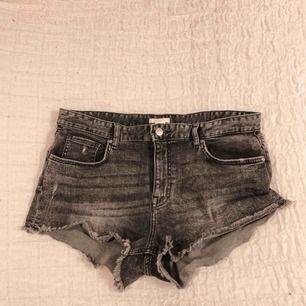 Fina jeansshorts, sparsamt använda rätt stretchiga. Frakt ingår ej i priset