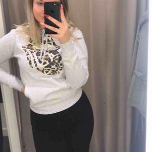 Skön och fin hoodie med leopardtryck i form av en mun från H&M. Den är använd men inga slitage💕 Säljer endast pga tröttnat