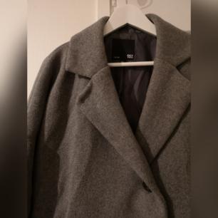 Grå over sized jacka från lager 157. Köparen står för frakt.