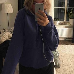 En violetfärgad hoodie från bikbok, sitter väldigt snyggt och är väldigt mysig på, använd fåtal gånger 💜💜