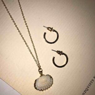 2 jättefina guld smycken som tyvärr inte kommer till användning. Halsbandet 40kr. örhängena 30kr. Knappt använda. Köpare står för frakten (15kr)😊 Halsbandet är ifrån Ginatricot och Örhängena är ifrån HM