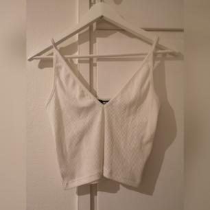 Vitt kort linne, aldrig använt. Köparen står för frakt.