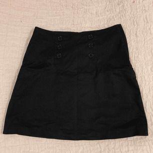 Superfin enkel svart kjol (frakt ingår ej i priset)
